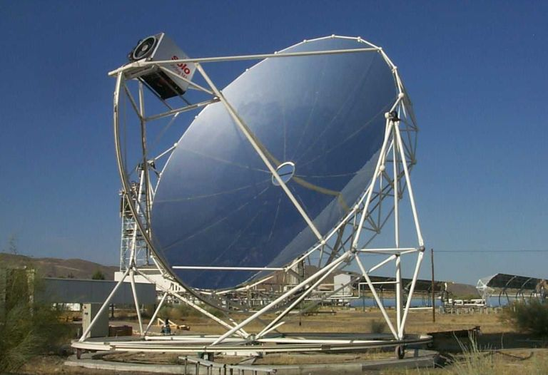 Parabolic reflector with Stirling engine